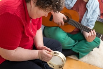 Thinking of therapy? Read about how the benefits of music therapy can benefit many groups of people.