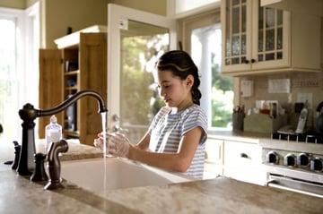 你应该在准备食物前洗手。