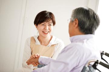 比起住在疗养院的老人,居住在家里的乐龄人比较独立,因此您可考虑居家护理服务。