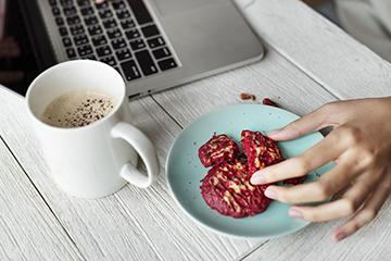 在办公室吃零食时,可以稍微作弊并加一点美味小吃。